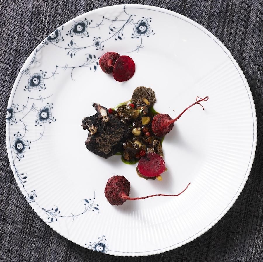 Vinderretten ved Årets Vildtret 2012: Ryg af dådyr med braiseret kølle, 100 % chokolade, tyttebær og røget marv.