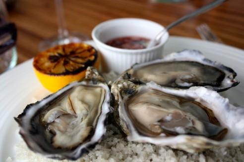 Nogle af de mest kødfulde og velsmagende franske østers, jeg har fået længe. Hertil klassisk tilbehør i form af grillet citron og rødvinseddike med skalotteløg.