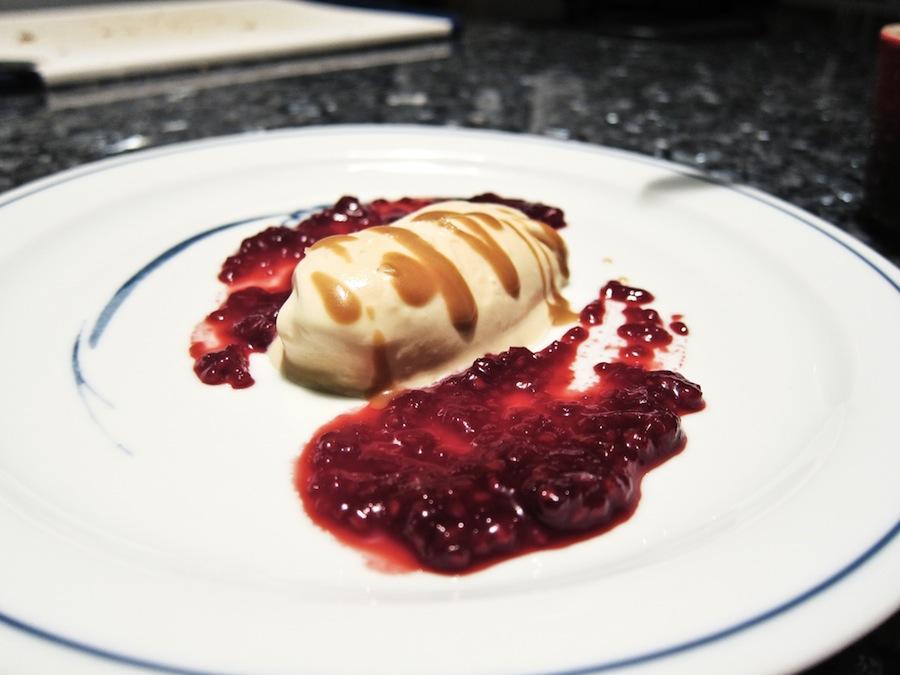 Saltkaramelis med hindbærpuré og lakridskaramel på toppen.