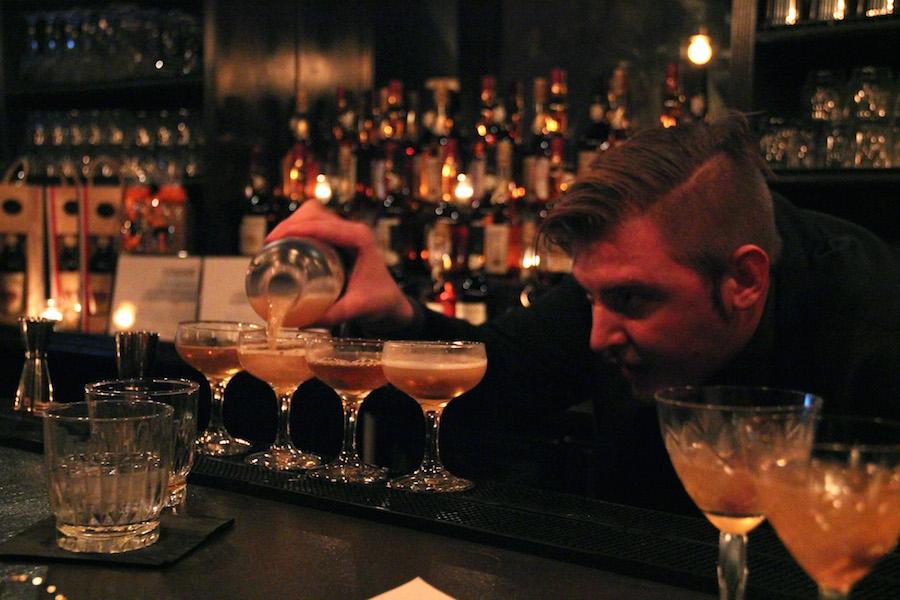 Alle Matias Svenssons cocktails skal være helt skarpe inden de toppes med citron. Foto: Iza Bahn Havelund.