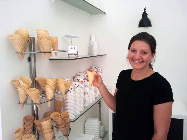 En glad Cathrine Østerberg med en af sine hjemmelavede isvafler i hånden.