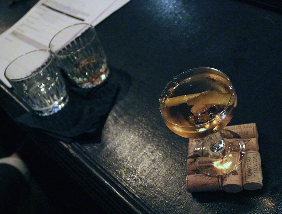 Navnet er 'Pommes Jaunes', og den skal videre til Frankrig. Matias Svensson er stolt af sin efterårsinspirerede cocktail.  Foto: Iza Bahn Havelund.