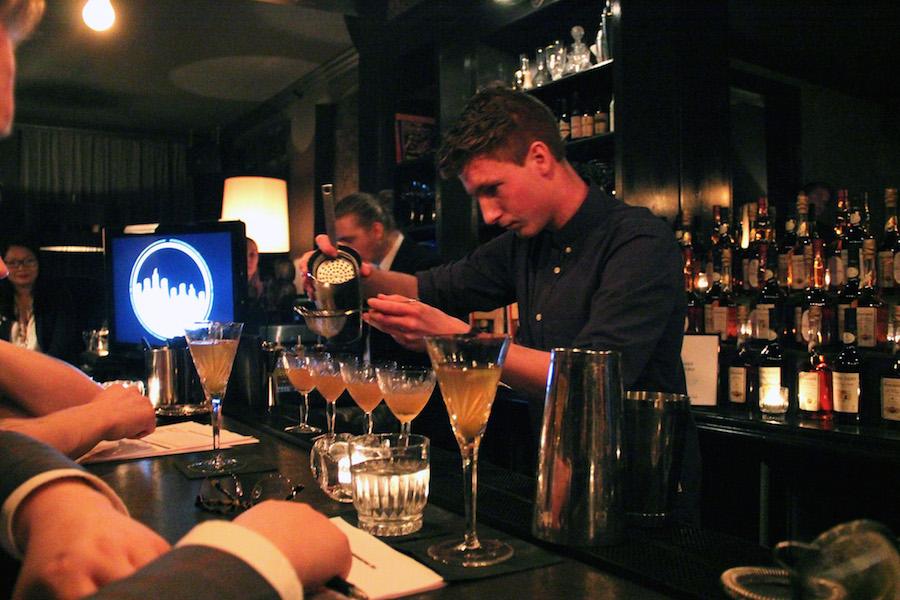 Christopher Lee Dahm præciserer sine ´La Nouvelle Fille' cocktails, som gav ham en plads i Nordfrankrigs internationale finalist konkurrence.
