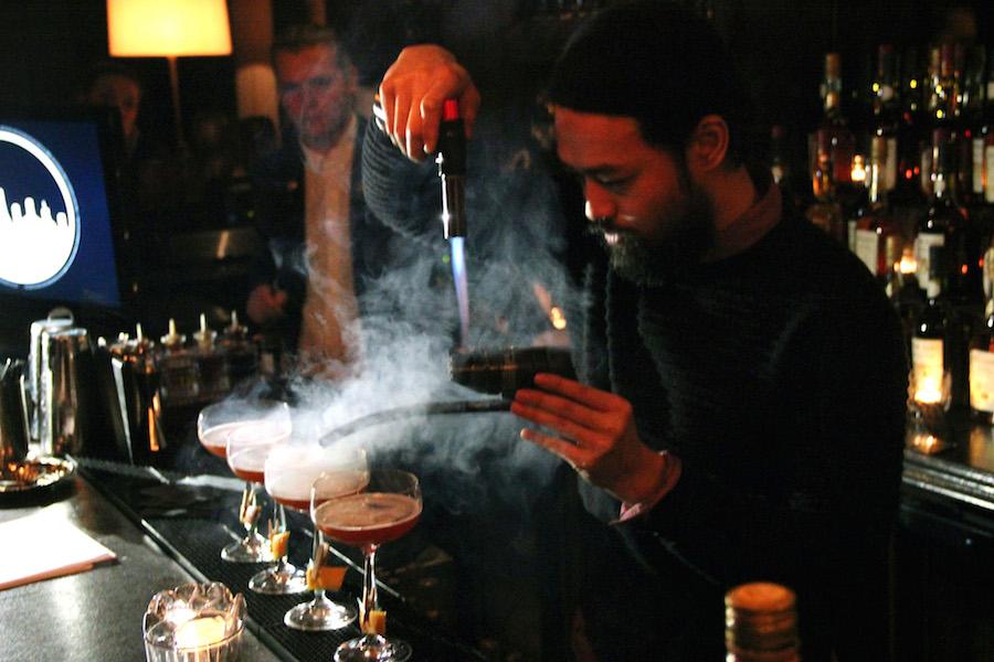 En anden deltager, Mr. Bob, udfordrer sine konkurrenter ved at tilsætte røget æble til sin cocktail. Et risikabelt valg, som kan ødelægge hele produktet.