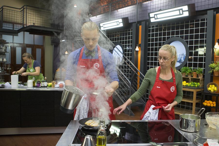 Torsken er på panden, og der skal afsluttes med det hjemmekernede smør. Foto: TV3/MasterChef.