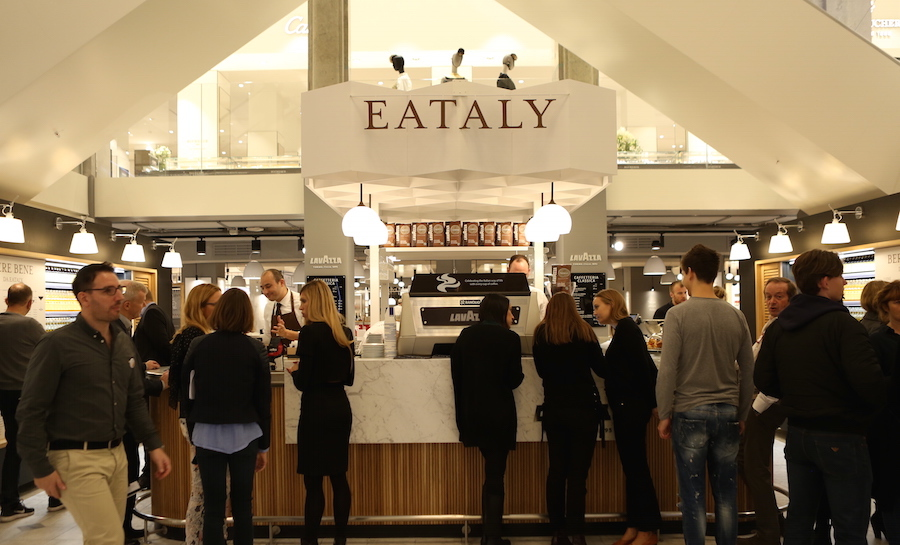 Efter italiensk forbillede blev der drøftet på kryds og tværs i Lavazzas nye kaffebar ved åbningsarrangementet i Eataly.