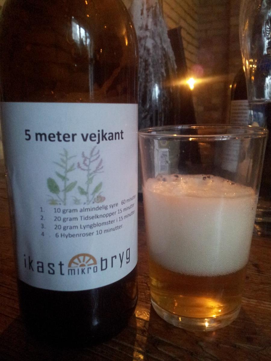 Ikast Mikrobryg havde fire øl med. Denne øl hed fem meter vejkant, da bryggeren har brugt, hvad han kunne finde på fem meter. Han fandt tidselknopper, lyngblomst, hypenroser og syre.
