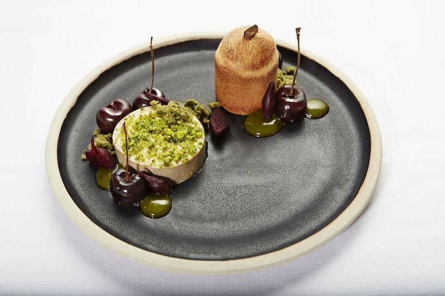 En velvoksen skive foie gras, hvor især den tørrede pistaciespongecake imponerede mig. Foto: Flemming Gernyx
