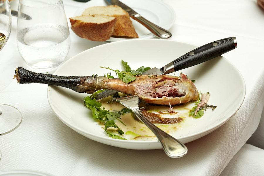 Sylvester tog over, og det møre kyllingekød var saftigt og velsmagende.