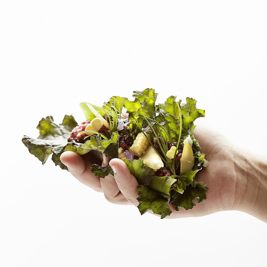 Søren Wiuff lavede denne smukke kålpakke med blandt andet fermenterede asparges - fremragende.