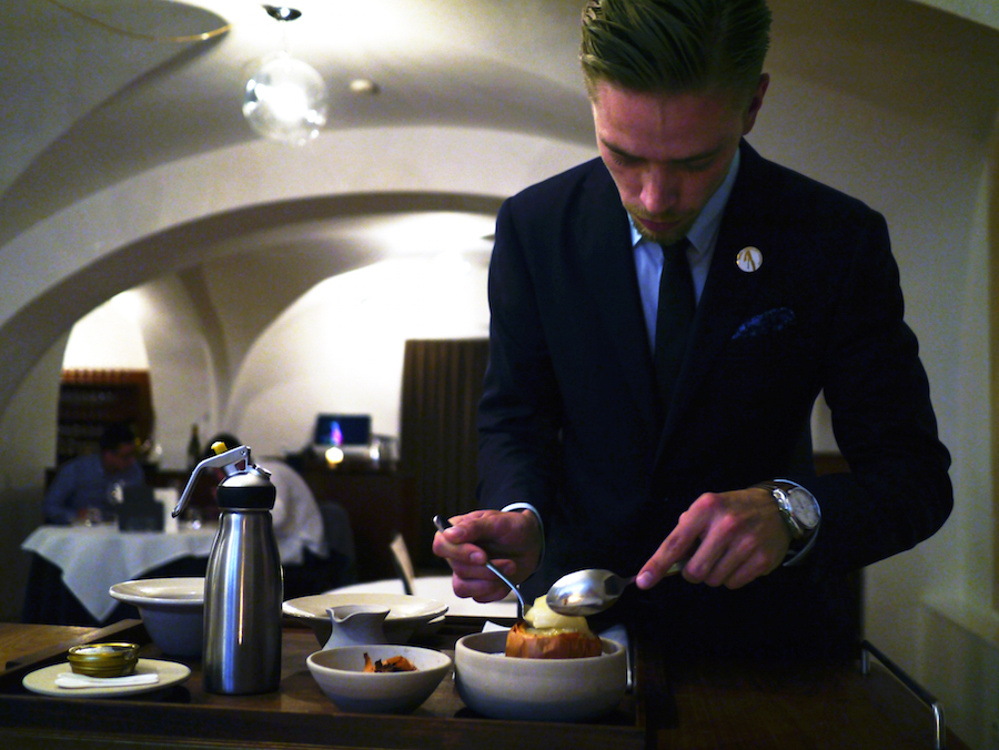 Det gode tjenerhåndværk handler ikke kun om et skænke vin. Man skal eksempelvis også kunne klargøre og anrette maden foran gæsterne.