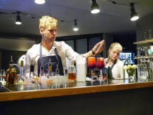 Ditto serverer cocktails til maden
