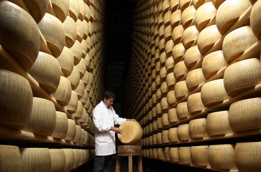 Var det noget med et stykke parmesan? Ostene er under skarp kontrol gennem hele fremstillingen.