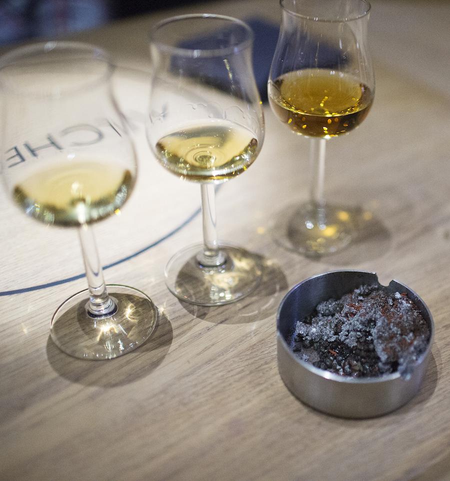Whisky og røg - to ting, der hænger sammen, her dog med Rasmus Munks askebæger bestående af blandt andet karamelliseret porre og tomat. Foto: Camilla Stephan.