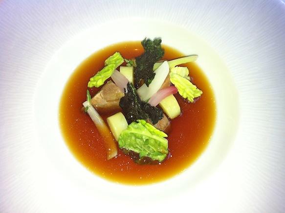 Svinekæber, omgivet af savojkål i flere afskygninger. Den klare bouillon var yderst intens og velsmagende.