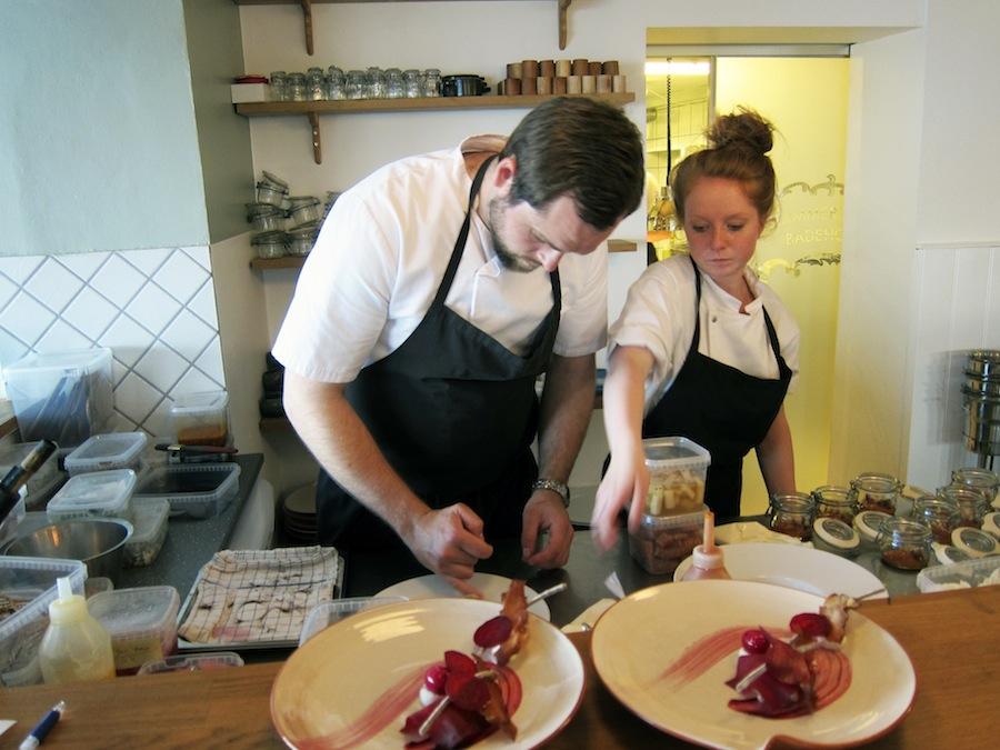 Daniel Kruse in action i anretterkøkkenet, som man som gæst har udsigt til fra restauranten.