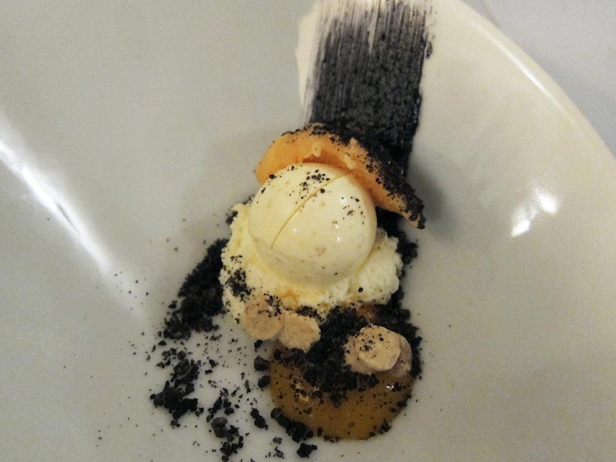 Første dessert havde havtornens skarpe, friske syre og den hvide chokolades sødme og fedme.