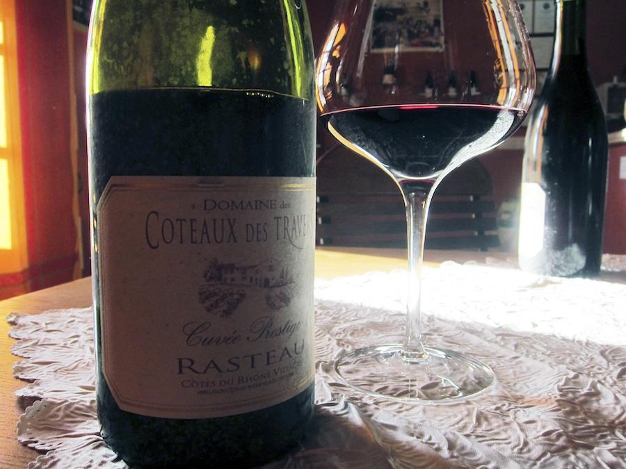 Biodynamiske Coteaux de Travers er én af de gode producenter i Rasteau. I solstrålen ses en ældre årgang, som var et dejligt bekendtskab.