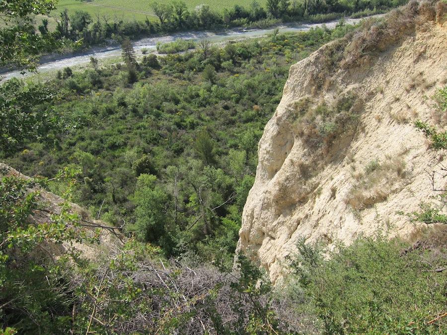 Der er langt ned fra dette plateau, der tydeligt viser den lyse, kalkholdige jordbund, som er vigtig for vinene her.