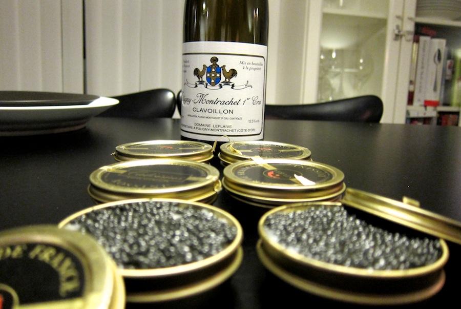 Så er der linet op. Bagerst ses aftenens drikkevare, en forrygende sag fra ingen ringere end Domaine Leflaive, Puligny-Montrachet Clavoillon 2005.