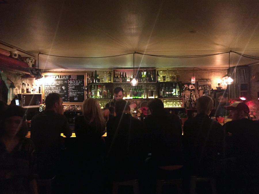 Gæster på rad og række i baren på The Barking Dog.