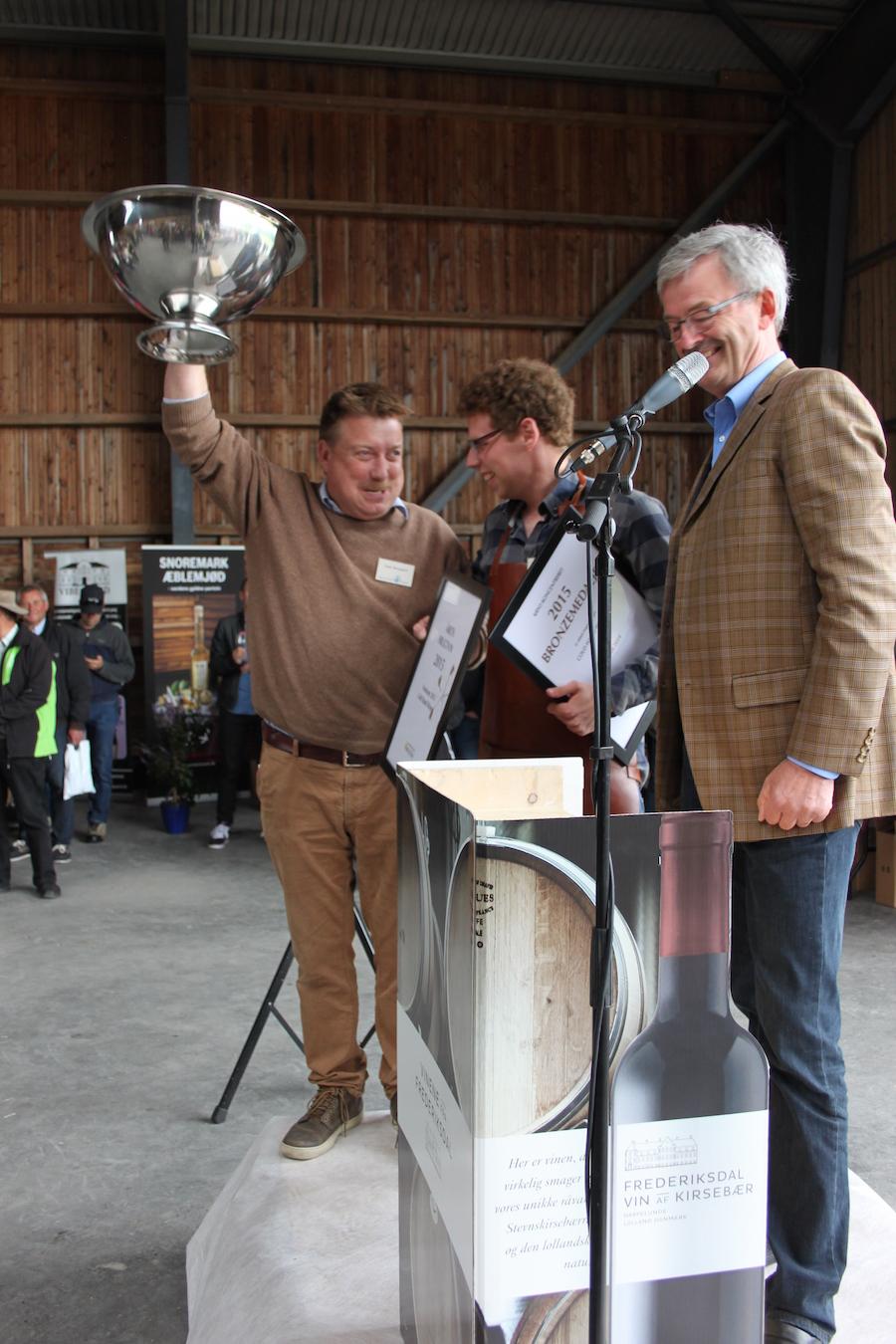 Jens Skovgaard jubler over sin guldmedalje til Malus Feminam 2013, en sød æblevin. Foto: Johan Sjöstedt.