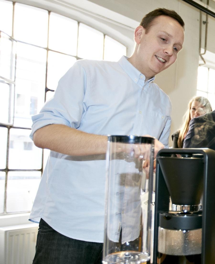 Klaus Thomsen, medejer af Coffee Collective og tidligere baristaverdensmester, forklarer om kaffebrygningens mange elementer.