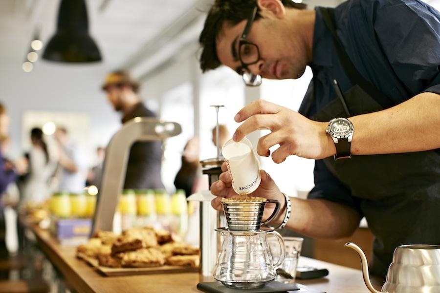 Den manuelle filterbrygning er blevet særdeles populær på de trendy kaffebarer.