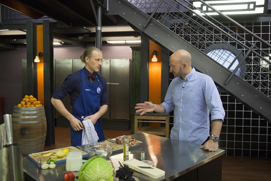 Et seriøst øjeblik mellem Castberg og mig. Foto: TV3/MasterChef.