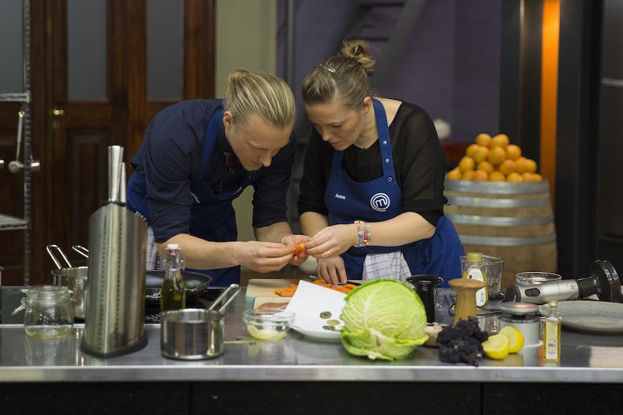 Et godt tip: Lad gulerødderne dampe lidt af, inden du piller dem - ellers får man store vabler på fingrene, kan jeg informere om. Foto: TV3/MasterChef.