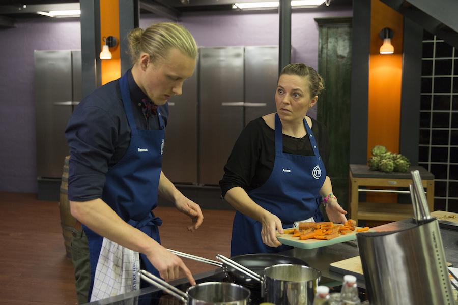 Anne har fundet den nervøse mine frem - det havde hun heldigvis ingen grund til. Foto: TV3/MasterChef.