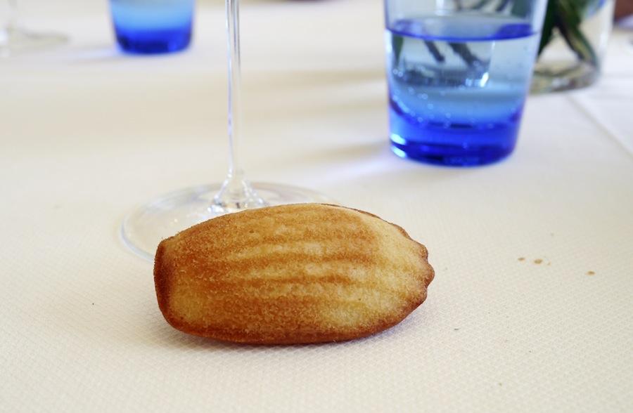 En madeleinekage havde sneget sig ud på bordet. Dér fik den dog ikke lov at ligge længe.