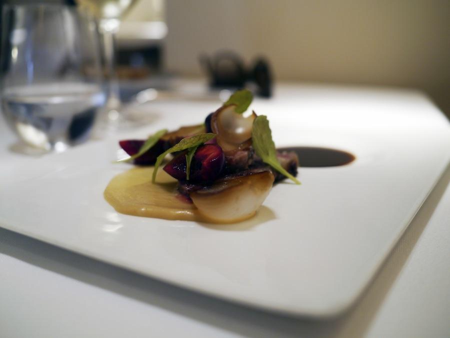 Endnu en vellykket servering med den delikate ibericogris i centrum. Saucen i baggrunden var voldsomt intens.