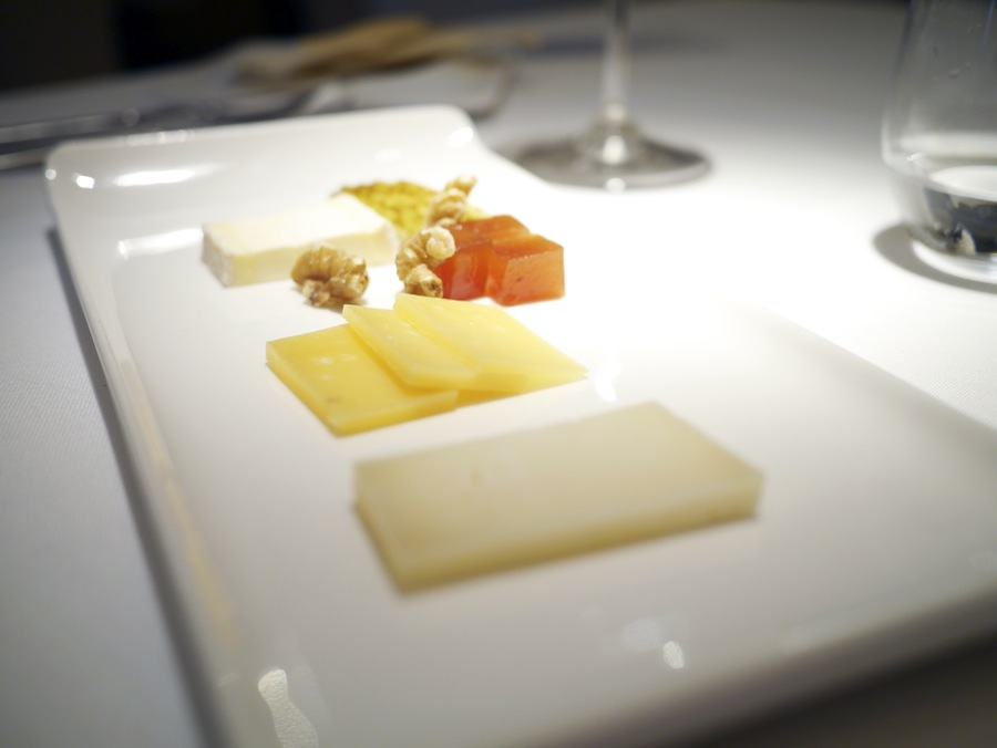 Tre gode ostr. Brillat-Savarin i baggrunden er så fantastisk ost. Prøv den hos din lokale frankofile ostehandler.