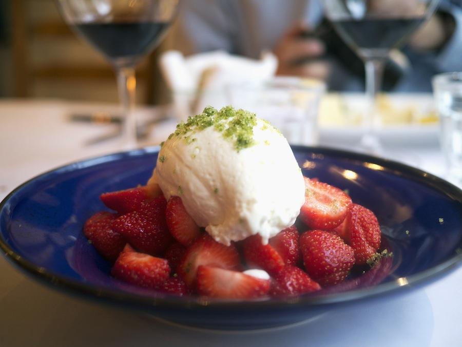 Ingen slinger i valsen. Jordbær med is, der var cremet og luftig.