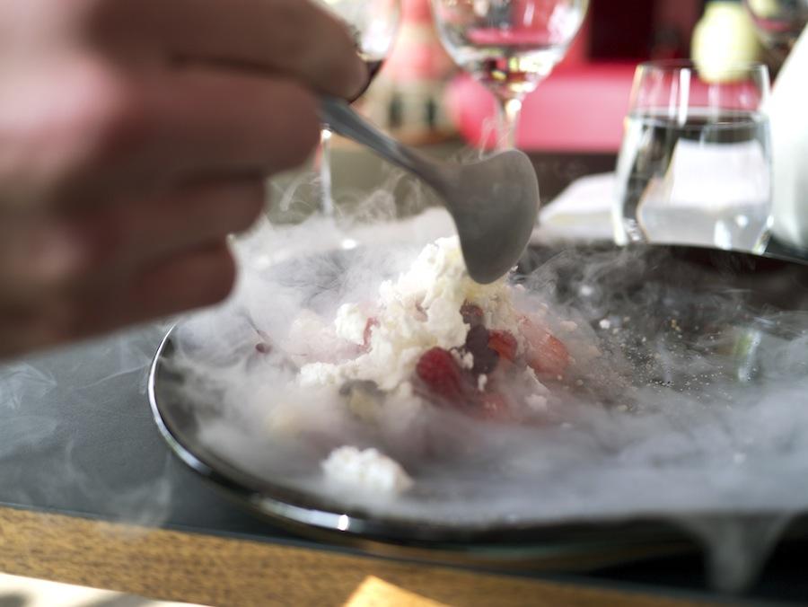 En brise bredte sig ud over bordet, da den frysetørrede ymer blev hældt over.