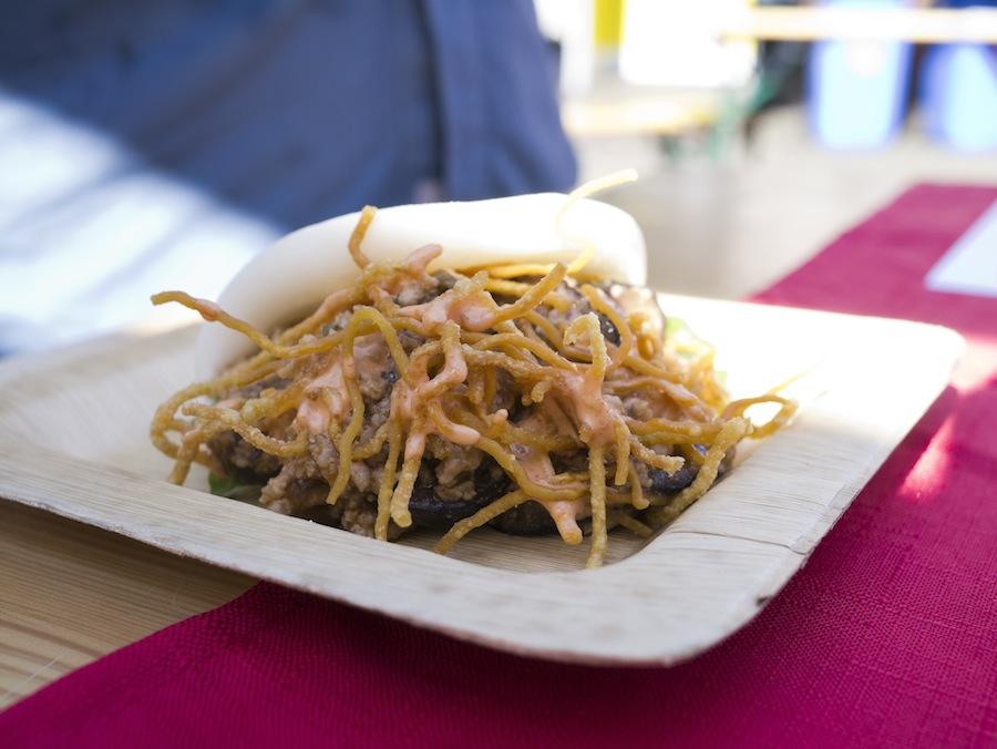 Bjorn Shen er også ansvarlig for denne frækkert af en steamed bun med hakket kød, friterede nudler og mayo med sambal chili.