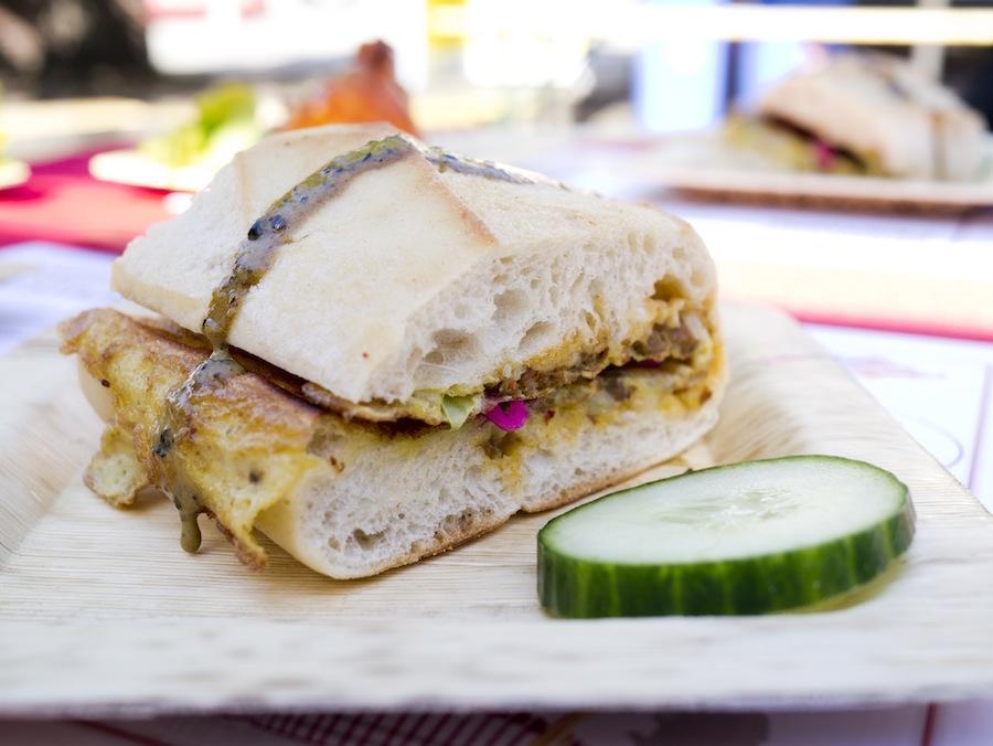 Den fornævnte omeletsandwich i færdig udgave, her med pebersauce på toppen.