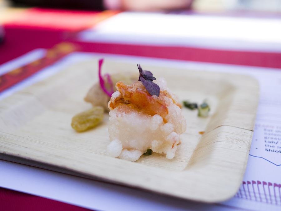 Reje og fisk med tamarindsauce.