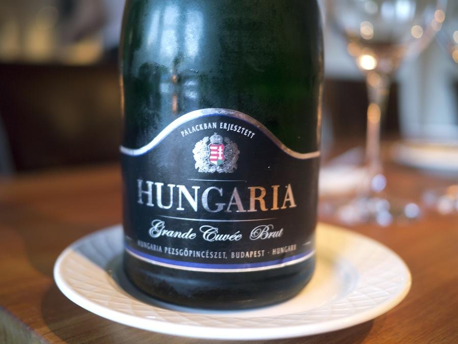 Frugtig mousserende vin fra Hungaria, som må være Ungarns svar på Moët Brut Imperial.