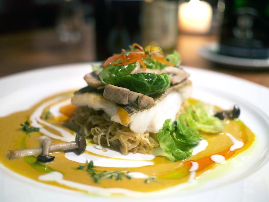 Skindstegt torsk med svampe, gulerødder og rosenkål. En lidt blødt skind tog brodden af retten.