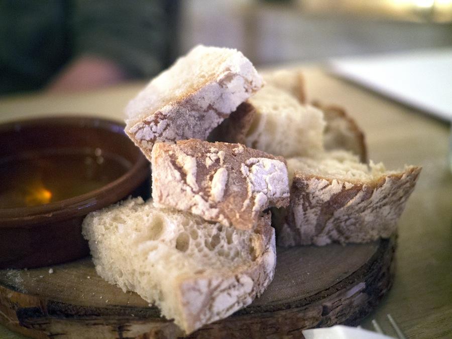Hjemmebagt brød med sprød skorpe og saftig krumme.