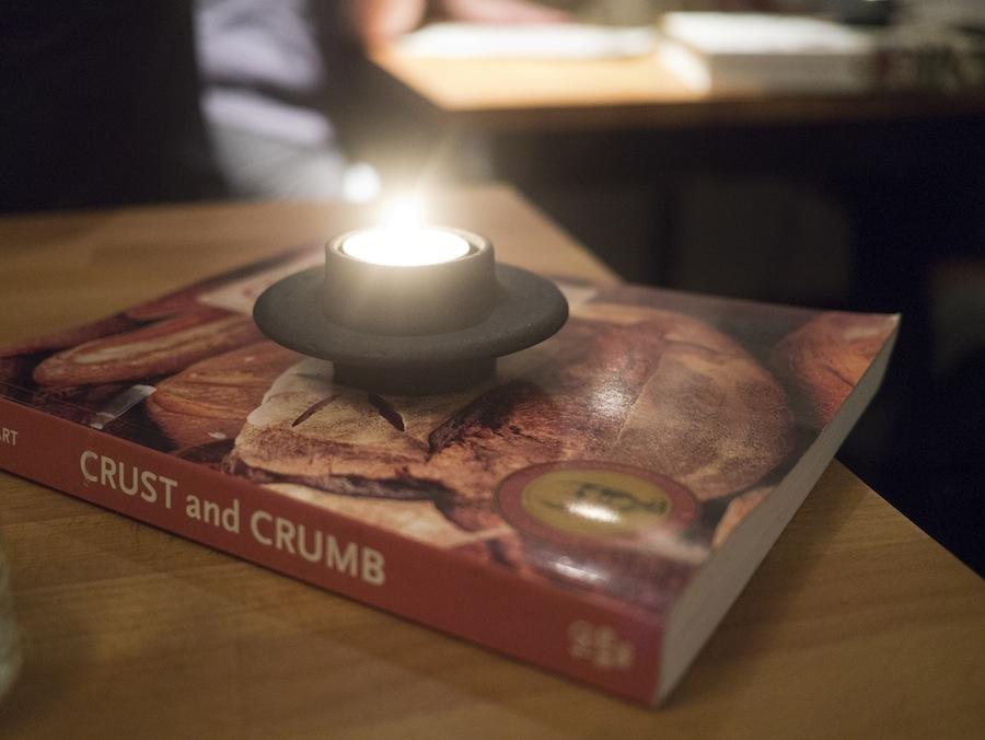 Indretningen er hyggelig, og skulle der - mod forventning - opstå lidt ventetid, kan du hygge dig med et stykke kulinatisk litteratur.