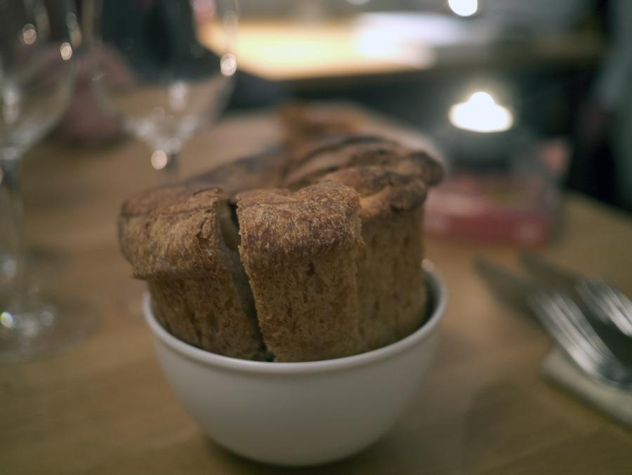 Der var dejligt brød til måltidet. Det havde en saftig, sej krumme og en knasende skorpe.