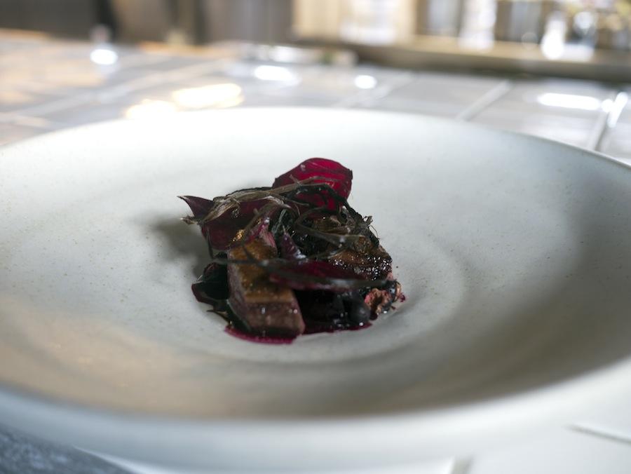 Vildand med variationer af rødbede, solbær og intenst smagende sort hvidløg.
