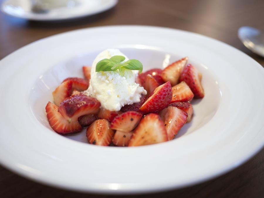 Simpelt, friskt og velsmagende; jordbær med fløde, der havde fået et vellykket skud rålakrids.