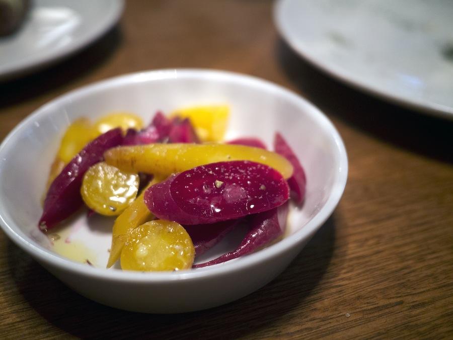 Gulerødder og rødbeder i smukke farver; et dejligt afbræk til de proteinrige indslag.