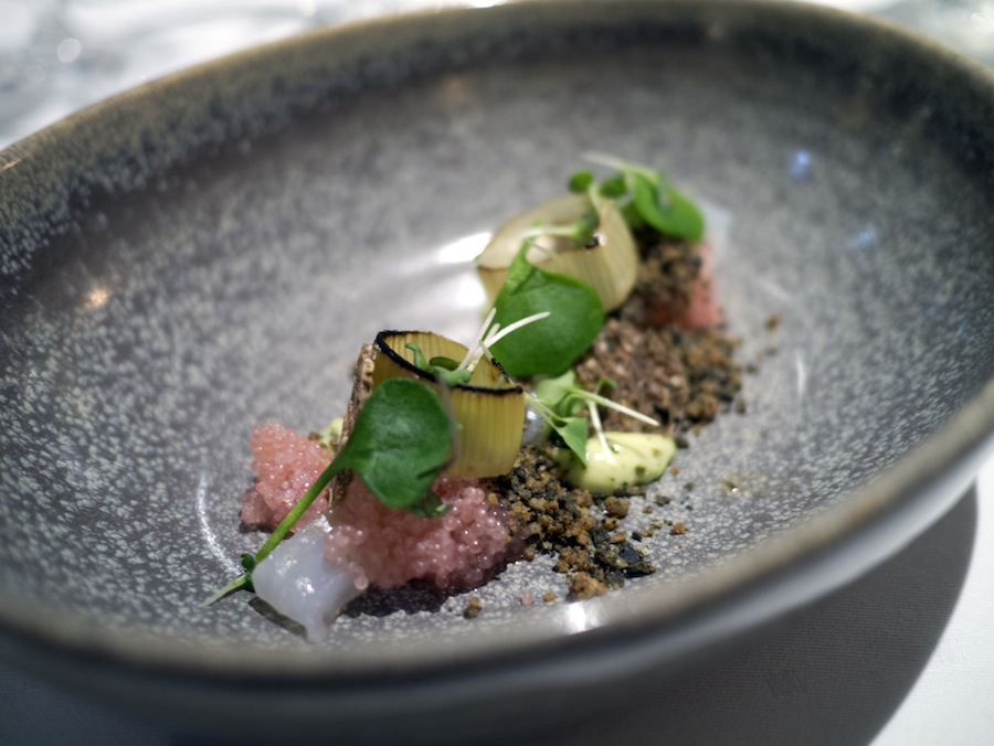 En delikat åbning på menuen med de sarte stenbiderrogn og den mineralske østersmayo.