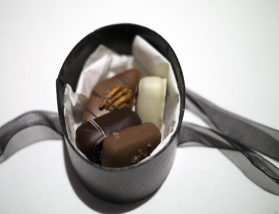Lidt til kaffen i form af diverse fyldte chokolader, hvor tempereringen og smagen sad lige i skabet.