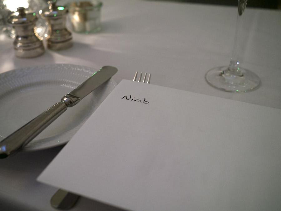 Ved ankomst ligger der ved alle pladser en fin konvolut, der afslører dagens menu, så du får en ide om, hvad der venter.